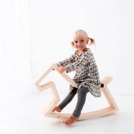 Gugalni konj bo nudil odlično zabavo vašemu otroku