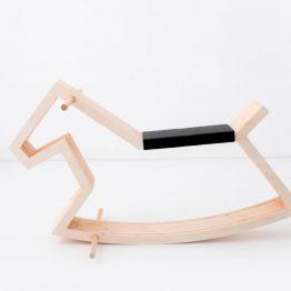 Lesen gugalni konj s sedežem iz umetnega usnja