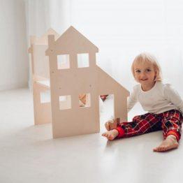 Lesena hiška, ki bo spodbujala otrokovo domišljijo