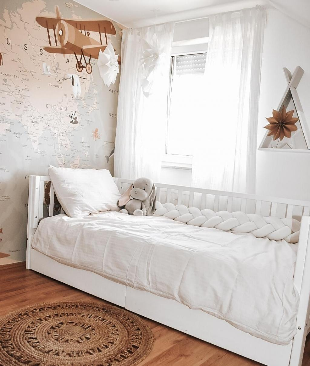 Nizka masivna postelja